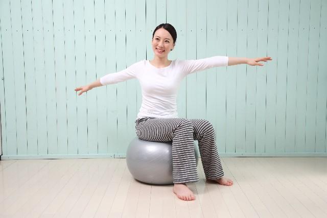 バランスボールで簡単脚痩せ!太ももお尻エクササイズ5選と効果!