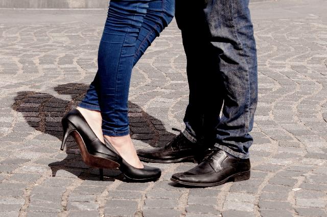 足が細く見えるスキニーの履きこなし方と色や形も詳しく!