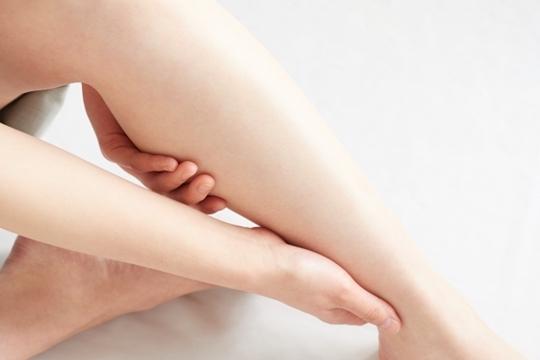 足のむくみによるしびれや痛みは病気のサイン!?原因や解消方法!