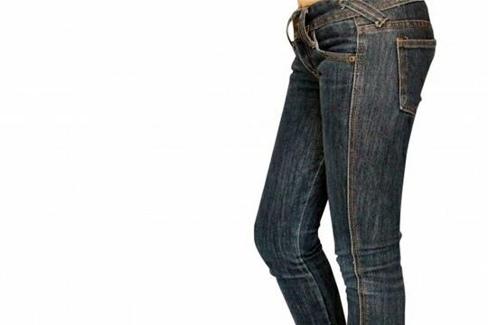 足が細く見えるズボンの選び方と履きこなし方5選!色や丈を詳しく